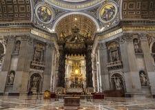 Der Innenraum von St- Peter` s Basilika in Vatikan Barocke Überdachung über dem Altar, über der Überdachung steigt eine eingeweih Stockbild