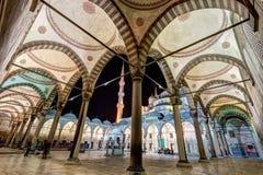 Der innere Hof der blauen Moschee nachts in Istanbul Lizenzfreie Stockbilder