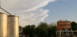 Der Inpending-Drohung Oklahoma-Tornado gehen Silo-Getreideheber in Deckung stockfotos