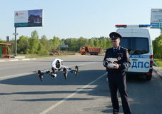 Der Inspektor von Verkehrspolizeidienstleistungen überwacht den Weg unter Verwendung des quadcopter Lizenzfreie Stockfotografie