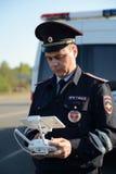 Der Inspektor von Verkehrspolizeidienstleistungen überwacht den Weg unter Verwendung des quadcopter Stockfotografie