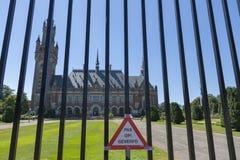 Der Internationale Gerichtshof in Den Haag für den Zaun mit der Aufschrift Aufmerksamkeit, gemalt stockfoto