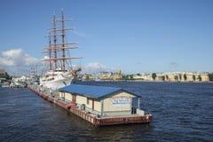 Der internationale Jachthafen und der sonnige Juli Nachmittag der Segelschiff Seewolke II St Petersburg Stockbild