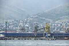 Der internationale Seehafen von Novorossiysk Hafenkräne und industrielle Gegenstände großes Militärdepot Stockfotos