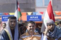 Der Irak-Studenten stellen ihre nationalen Kostüme und Traditionen dar Stockbild