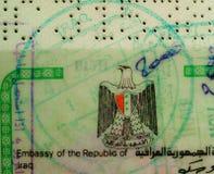 Der Irak-Visumselement mit Hoheitszeichen Eagle und Stempeln Schließen Sie oben von der amtlichen Urkunde, die durch irakische Bo stockbilder