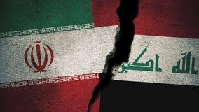 Der Iran gegen der Irak-Flaggen auf gebrochener Wand Stockfotografie