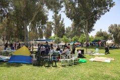 Der Israeli feiern Israel-` s jährlichen Unabhängigkeitstag BBQ im Park im Bier Sheba draußen kochend Stockfotos