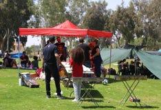 Der Israeli feiern Israel-` s jährlichen Unabhängigkeitstag BBQ im Park im Bier Sheba draußen kochend Lizenzfreie Stockfotos