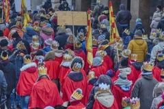 Der jährliche Marsch mit drei Königen am christlichen Feiertag stockfotos