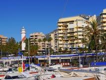 Der Jachthafen mit seinen Booten und Leuchtturm in Marbella Lizenzfreie Stockfotos