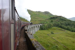 Jacobite Dampfzug, der Glenfinnan Viaduct kreuzt. Stockfotos