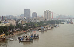 Der Jangtse und Dock in Wuhan Lizenzfreie Stockbilder