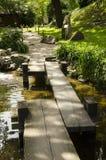 in der japanischen Gartenbrücke lizenzfreie stockfotografie