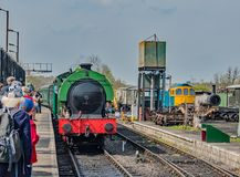 Der jetzt ankommende Dampf-Zug stockbild