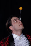 Der Jongleur haben einen balanse Ball auf dem Löffel Lizenzfreie Stockbilder