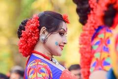 Der jouful Ausdruck des Tänzers des jungen Mädchens an Festival Holi (Frühling) in Kolkata Lizenzfreie Stockfotografie
