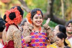Der jouful Ausdruck des Tänzers des jungen Mädchens an Festival Holi (Frühling) in Kolkata Lizenzfreies Stockfoto