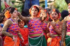 Der jouful Ausdruck des Tänzers des jungen Mädchens an Festival Holi (Frühling) in Kolkata Stockbild