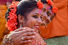 Der jouful Ausdruck des Tänzers des jungen Mädchens an Festival Holi (Frühling) in Kolkata Stockfotografie