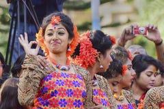 Der jouful Ausdruck des Tänzers des jungen Mädchens an Festival Holi (Frühling) in Kolkata Stockbilder