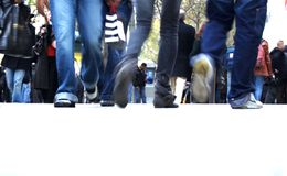 Der Jugendliche, der als Jean ausgerüstet wird, geht lizenzfreie stockbilder