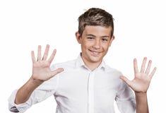 Der Jugendliche, der fünfmal macht, unterzeichnen Geste mit zwei Händen, Finger Stockfotografie