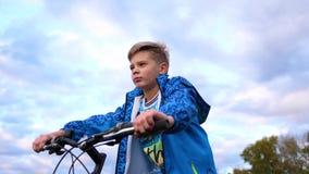 Der Jugendliche, der ein Fahrrad reitet, tuend trägt in der Frischluft zur Schau Reise und aktive Unterhaltung stock video