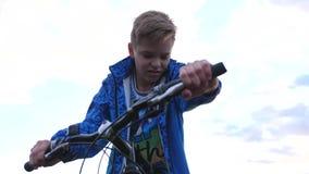 Der Jugendliche, der ein Fahrrad reitet, tuend trägt in der Frischluft zur Schau Reise und aktive Unterhaltung stock video footage