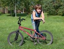 Der Jugendliche kostet auf einem Rasen und lehnt sich wieder Stockfoto