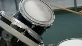 Der Jugendliche lernt, Trommelsatz zu spielen Trommel haftet Schlag auf verschiedenen Trommelbecken stock footage