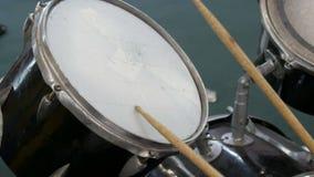 Der Jugendliche lernt, Trommelsatz zu spielen Trommel haftet Schlag auf verschiedenen Trommelbecken stock video