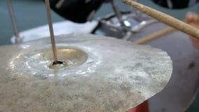 Der Jugendliche lernt, Trommelsatz zu spielen Trommel haftet Schlag auf verschiedenen Trommelbecken stock video footage
