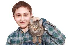 Der Jugendliche mit einer Katze Stockbild