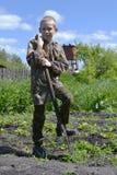 Der Jugendliche mit einer Schaufel Lizenzfreie Stockbilder