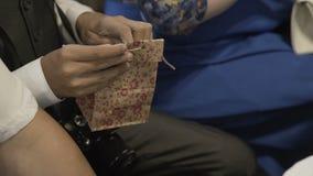 Der Junge öffnet ein Geschenk im Paket stock video