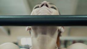 Der junge Athlet, der an Eignung, in der Turnhalle teilnimmt, zieht auf der Stange hoch Nahaufnahme stock video footage