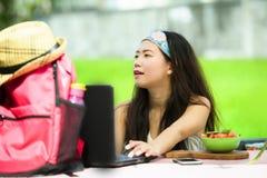 Der junge attraktive und glückliche asiatische koreanische digitale Nomade, der draußen arbeitet, entspannte sich mit Laptop-Comp Stockfotos