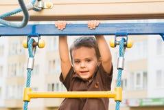 Der Junge auf dem Spielplatz Lizenzfreies Stockfoto