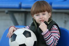 Der Junge auf einer Tribüne des Stadions Lizenzfreie Stockfotografie