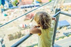 Der Junge betrachtet die Baustelle Wählt seinen zukünftigen Beruf stockfotos
