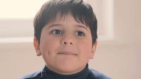 Der Junge betrachtet die Kamera mit Begeisterung stock footage