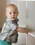 Der Junge das Kind hält ein Gestell Lizenzfreie Stockbilder