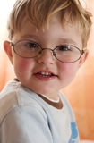 Der Junge in den Gläsern Stockfotos