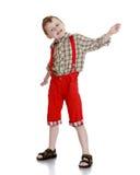 Der Junge in den roten kurzen Hosen Stockbild