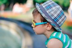 Der Junge in den Sonnenbrillen Stockfoto