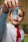 Der Junge, der enthusiastisch Chemie studiert lizenzfreie stockfotografie