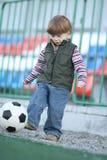 Der Junge, der Fußball spielt lizenzfreie stockfotografie