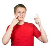 Der Junge, der Jugendliche das erste mal versucht, eine Rasur zu haben und ist konfus lizenzfreies stockbild
