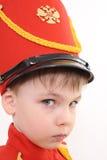 Der Junge in der Militärform Stockfotografie